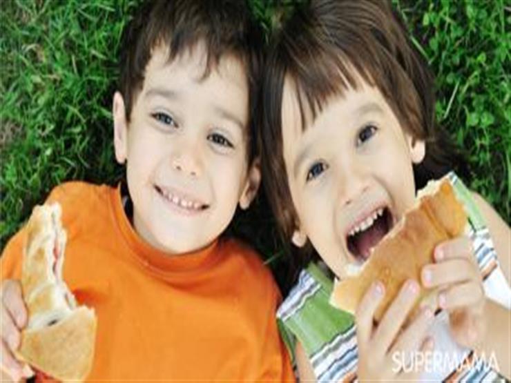 """طرق إقناع طفلك بتناول """"السناكس"""" الصحية.. تعرفي عليها"""