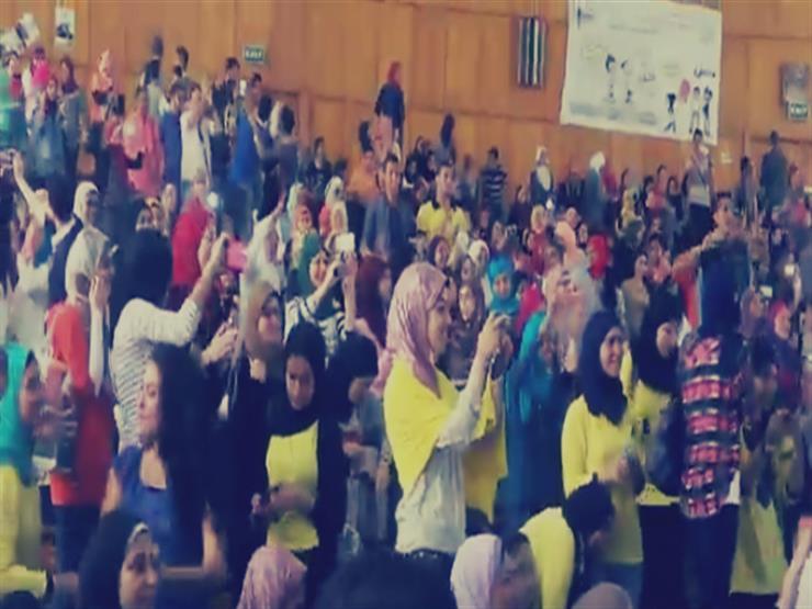 طلاب حقوق عين شمس يرقصون في المدرج على أنغام الهضبة والليثي