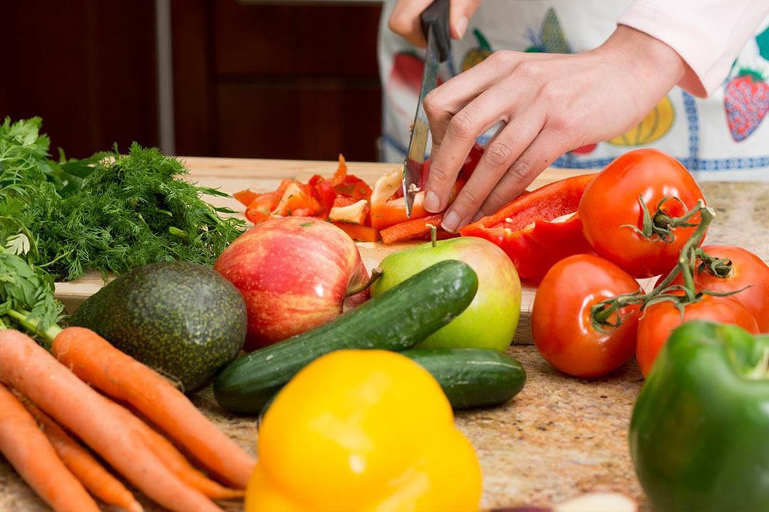 لمتبعي الدايت.. حضروا شرائح الخضروات مع الصوص الأحمر