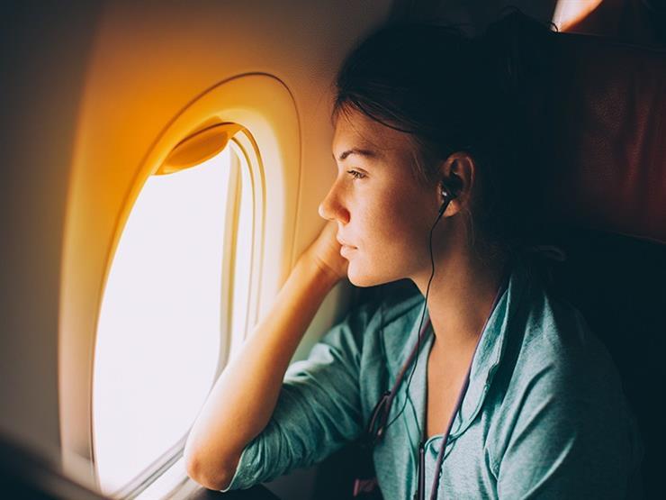 لماذا يميل البعض للبكاء خلال السفر بالطائرة؟