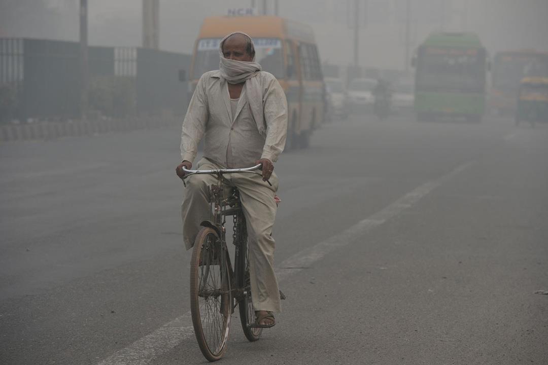 تأثيرات خطيرة لتلوث الهواء وعوادم السيارات على العين.. تعرف عليها