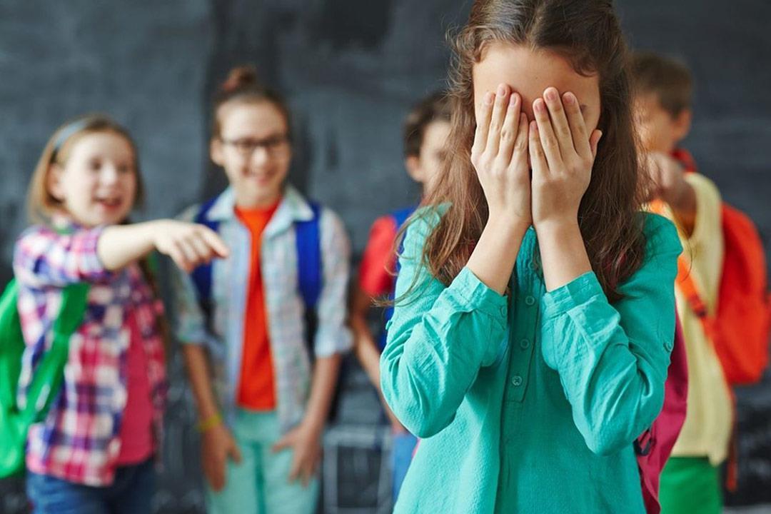 7 علامات تشير إلى تعرض طفلك للتنمر.. (صور)