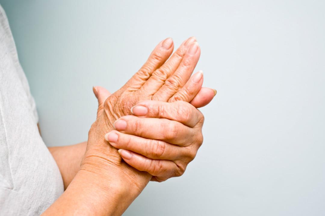 أسباب متعددة لتيبس أصابع اليد.. كيف يُعالج؟