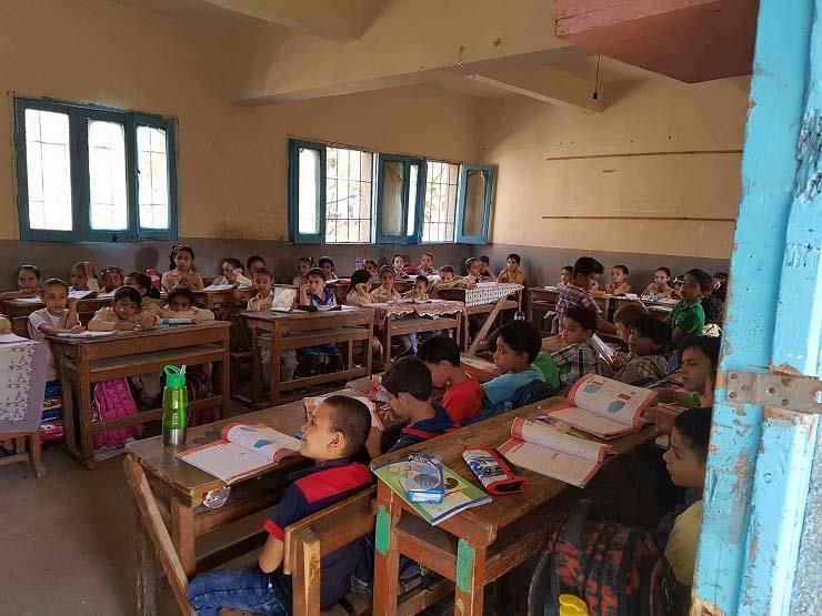 """""""إمكانيات محدودة"""".. """"التعليم"""" تعلق على أزمة كثافة الفصول"""