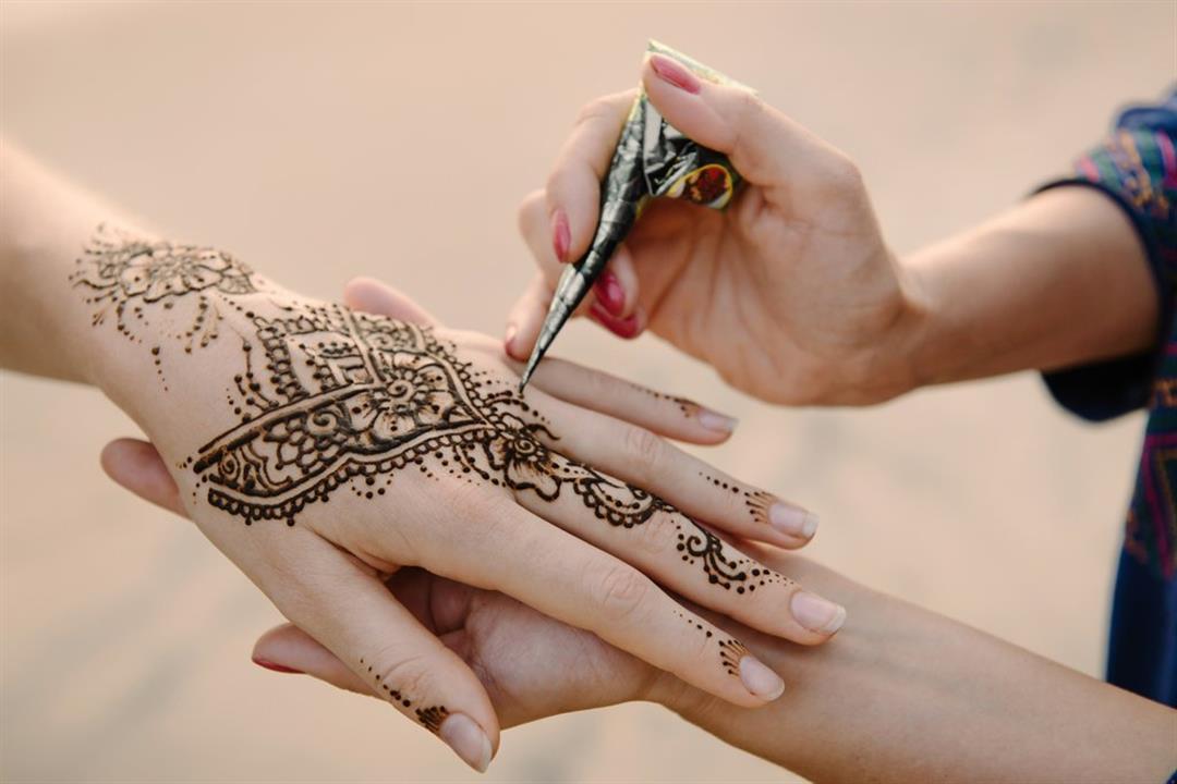 طبيبة تحذر من رسم الحناء في العيد: تهددِك بأمراض جلدية خطيرة