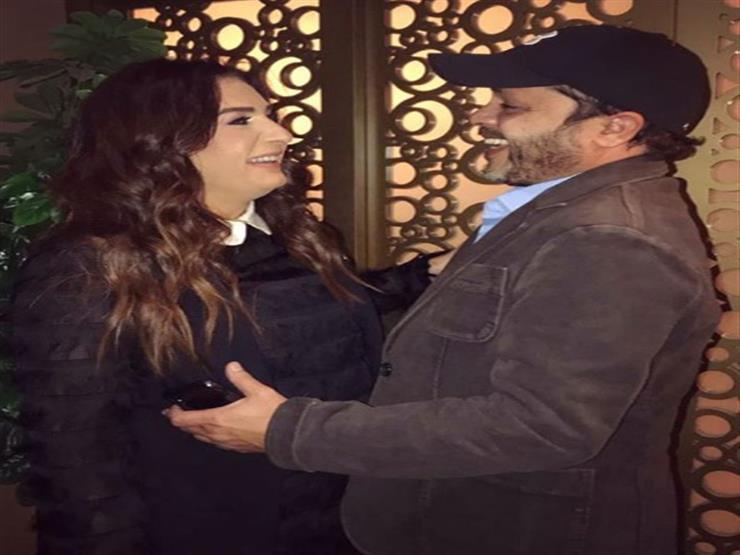 محمد هنيدي ينشر صورة مع زوجته احتفالا بعيد زواجهما الـ19