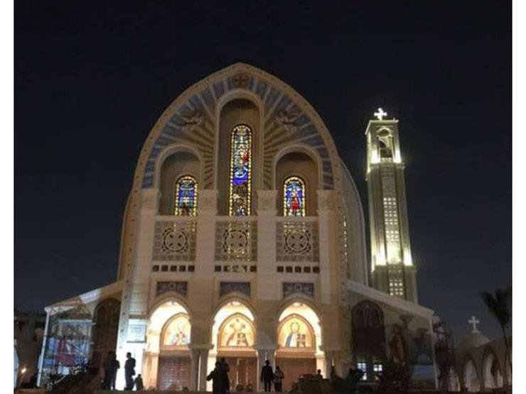 توافد المصلين والمشاركين في قداس تدشين الكاتدرائية المرقسية