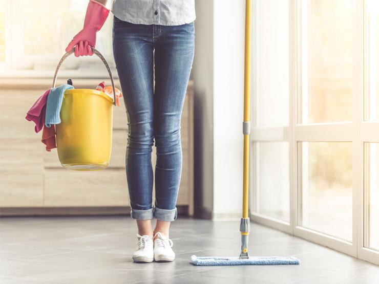 """9 أخطاء تقومين بها عند تنظيف منزلك.. منها """"غسل النوافذ في الحر"""""""