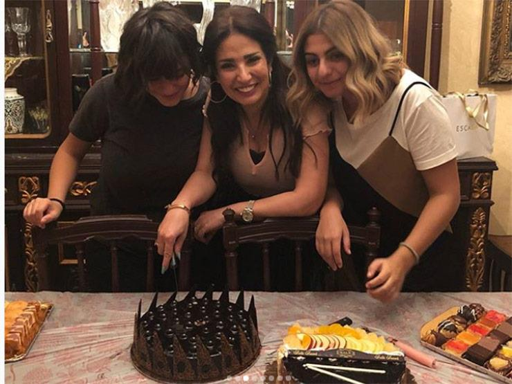أمل رزق تحتفل بعيد ميلادها مع أصدقائها وعائلتها