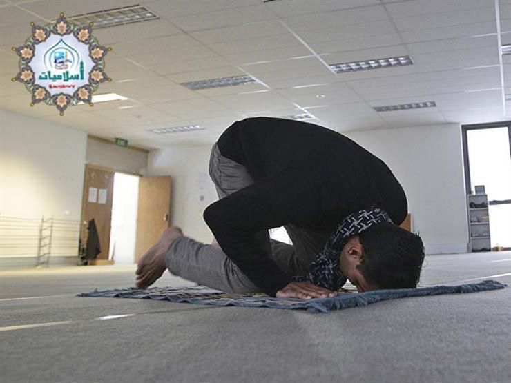 فتاوى الصلاة (16): هل يُستحب ستر رأس الرجل في الصلاة؟