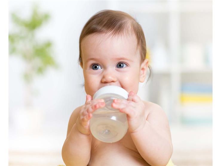إعطاء الطفل مياه بالسكر