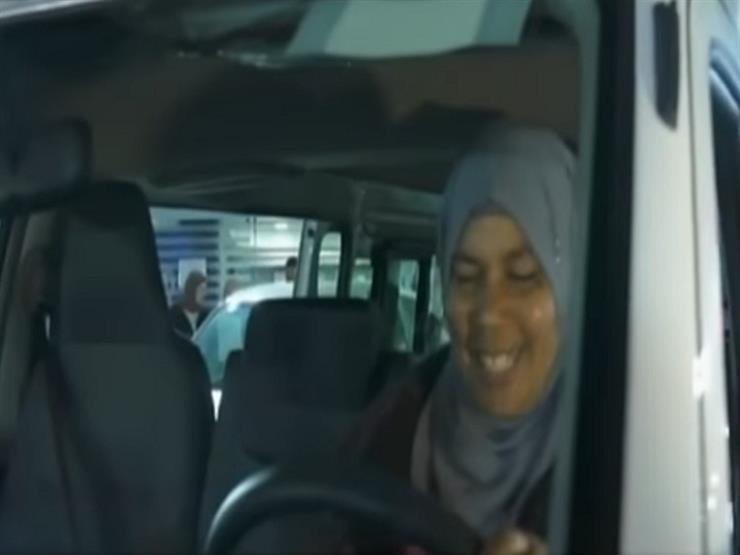"""شاهد.. """"سيدة الميكروباص"""" تتسلم سيارة وفق توجيهات الرئيس السيسي"""