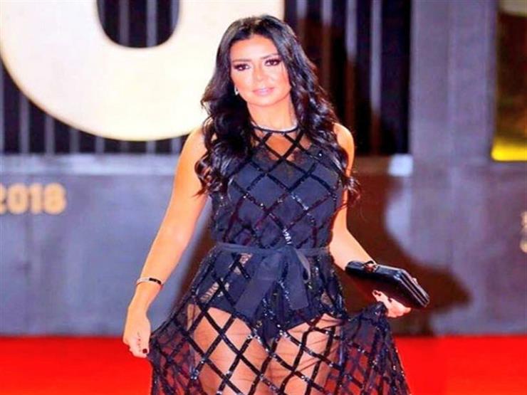 """رانيا يوسف: ظهوري بـ""""لوك"""" غريب مقصود.. وبناتي أعجبهن الفستان"""