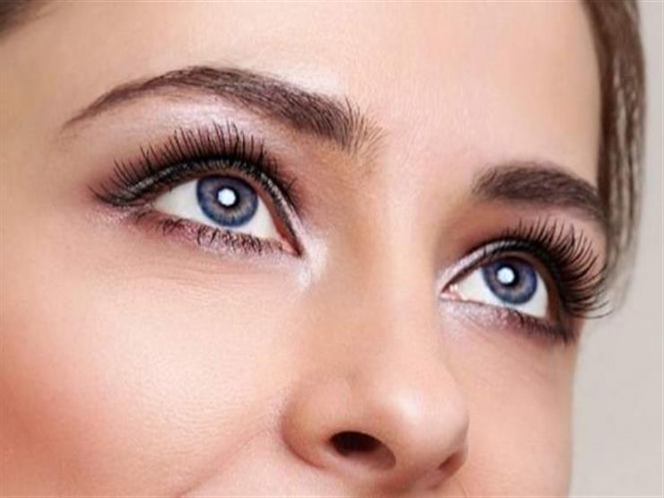 منها تطبيق المكياج على الرموش العلوية فقط.. 5 نصائح تجعل عينيك أكثر جاذبية