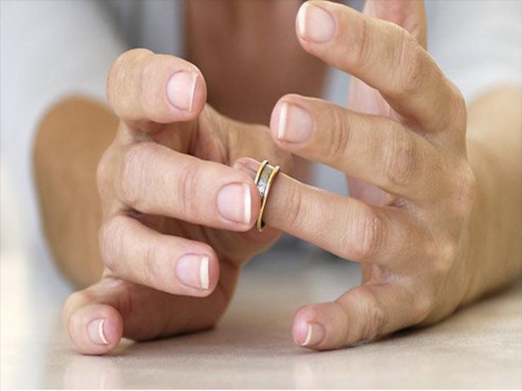 بالفيديو- رجل يكوي إصبعه بالنار بعدما طلّق زوجته.. والسبب