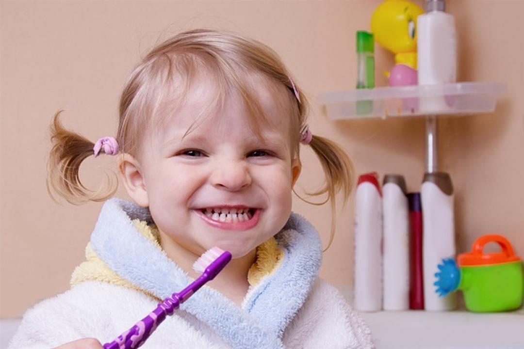 لصحة فم طفلك.. إليك الوقت المناسب لاستخدام خيط الأسنان