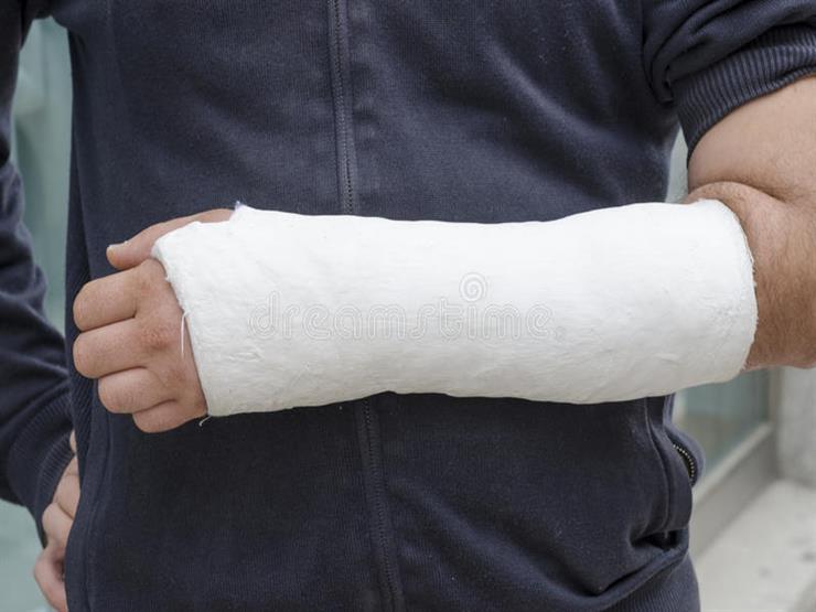 طرحته أرضا وكسرت ذراعه.. والدة طالب تعتدي على مدرس بالدقهلية
