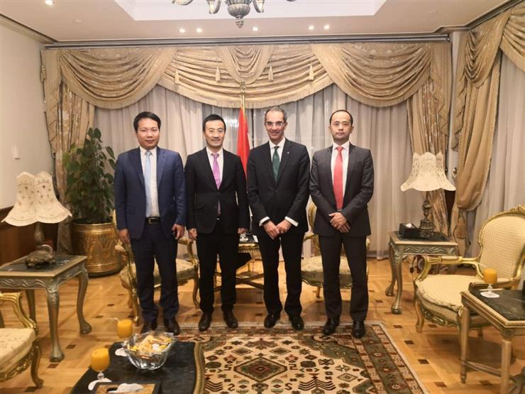 وزير الاتصالات يبحث مع مسؤولي هواوي مشروعات الشركة في مصر