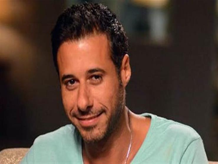"""أحمد السعدني يتسلم تكريم والده من """"نجم العرب""""- صورة"""