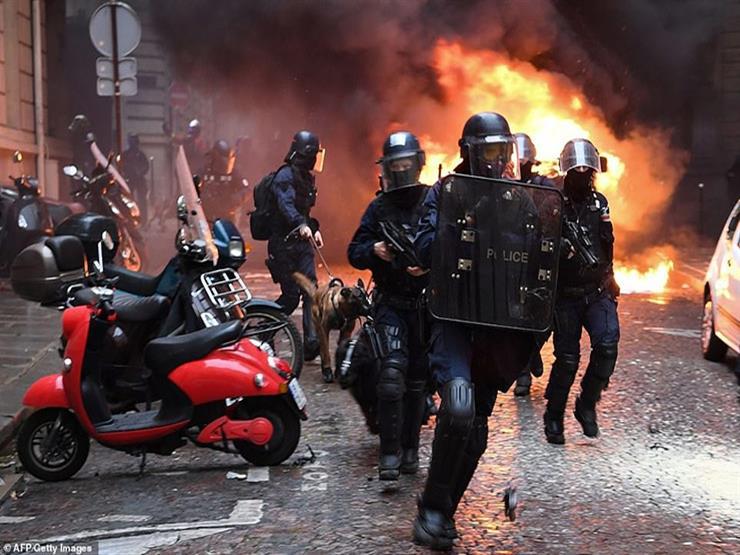 """""""السترات الصفراء"""" تضرم النيران في سيارة شرطة بالقرب من برج إيفل (فيديو)"""
