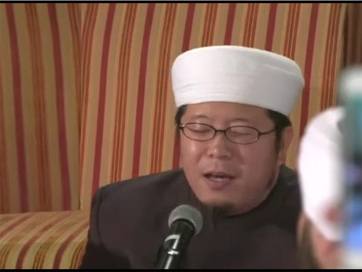 بالفيديو.. شيخ ياباني ينشد أبياتاً من بردة البوصيري بطريقة بديعة