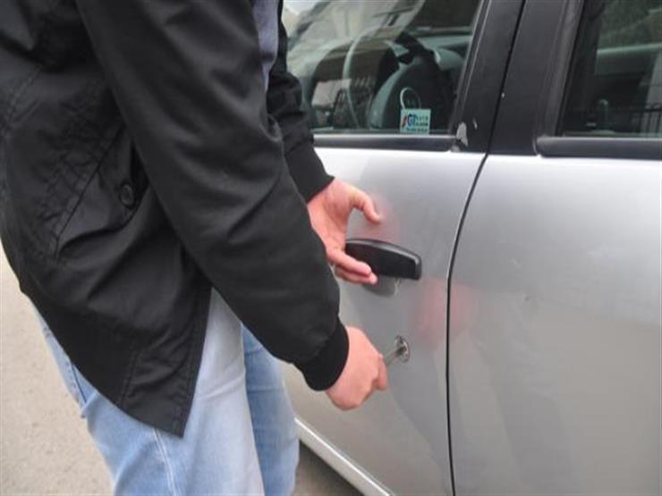 في مطاردة أمنية.. ضبط عاطل وراء سرقة محتويات سيارة بمنطقة النزهة