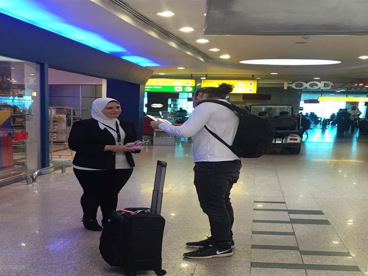 """""""مصر للطيران"""" تفاجئ الركاب في صالات السفر بهدايا """"الفالنتين"""""""