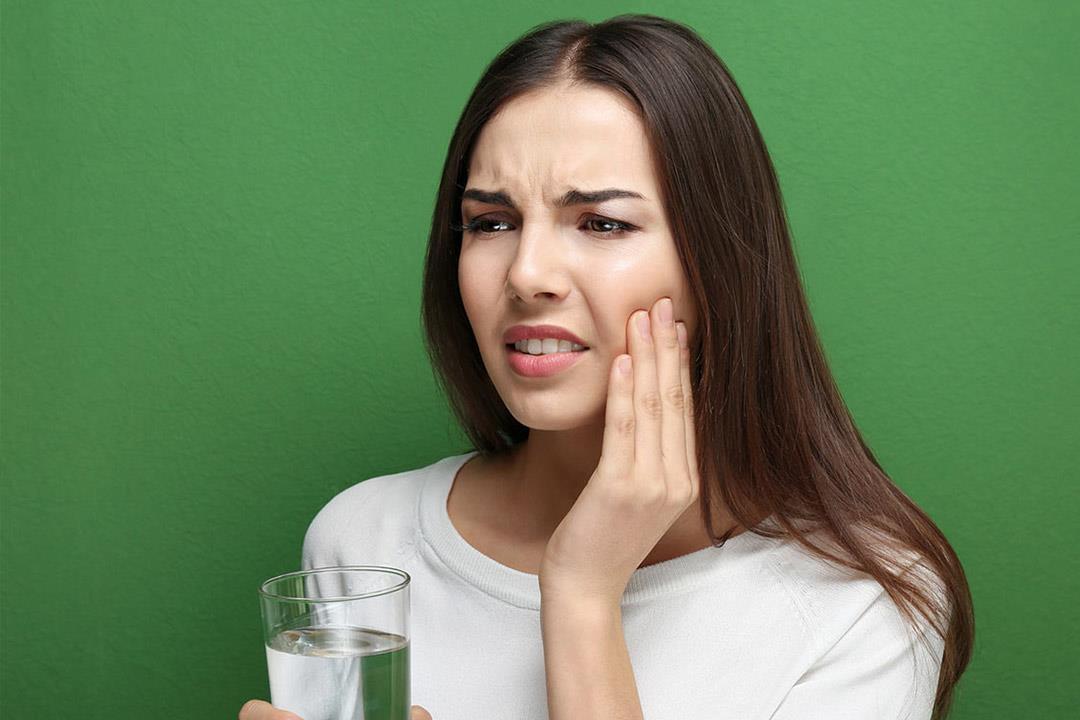 6 علاجات غذائية تُخلصك من ألم الأسنان المفاجئ