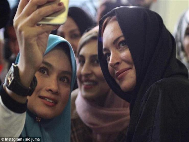 """ليندساي لوهان بـ """"الحجاب"""" في أسبوع الموضة بلندن"""