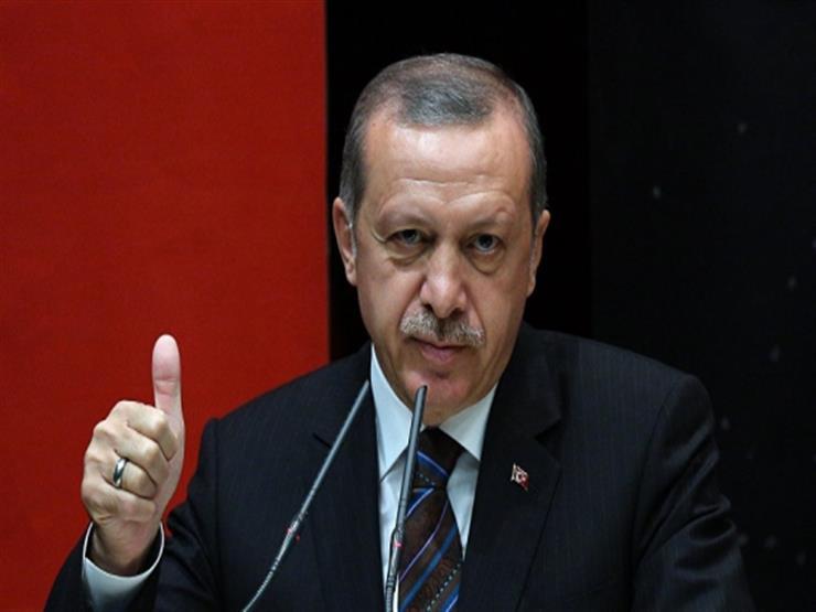 """أردوغان يوبخ جندية تركية """"بكت"""" بالزي العسكري"""