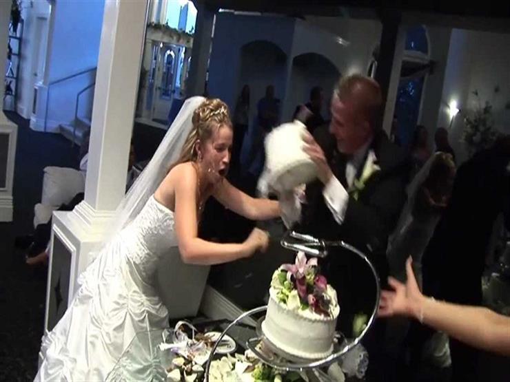 بالفيديو- العريس يضرب عروسه بكعكة الزفاف بدلًا من تناولها