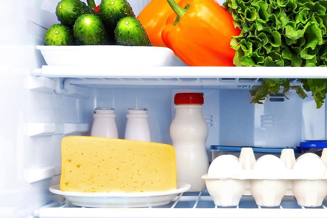 مدة صلاحية منتجات الألبان داخل الثلاجة.. (إنفوجراف)