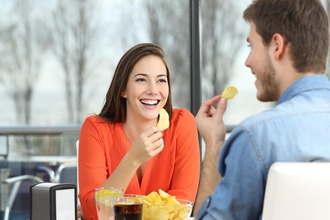 لماذا تؤدي رقائق البطاطس لتسوس الأسنان؟