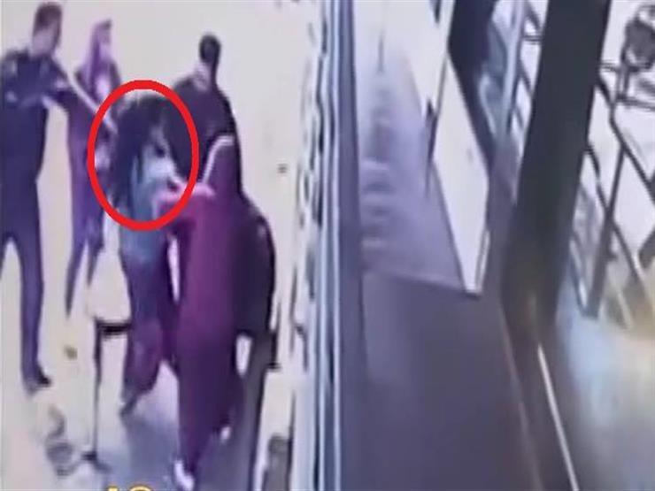فتاة تتعرض للاعتداء في أحد شوارع الجيزة -فيديو