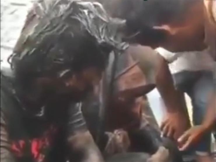 """فيديو .. عقاب مهين لشاب وفتاة """"ضبطا"""" داخل منزل بإندونيسيا"""