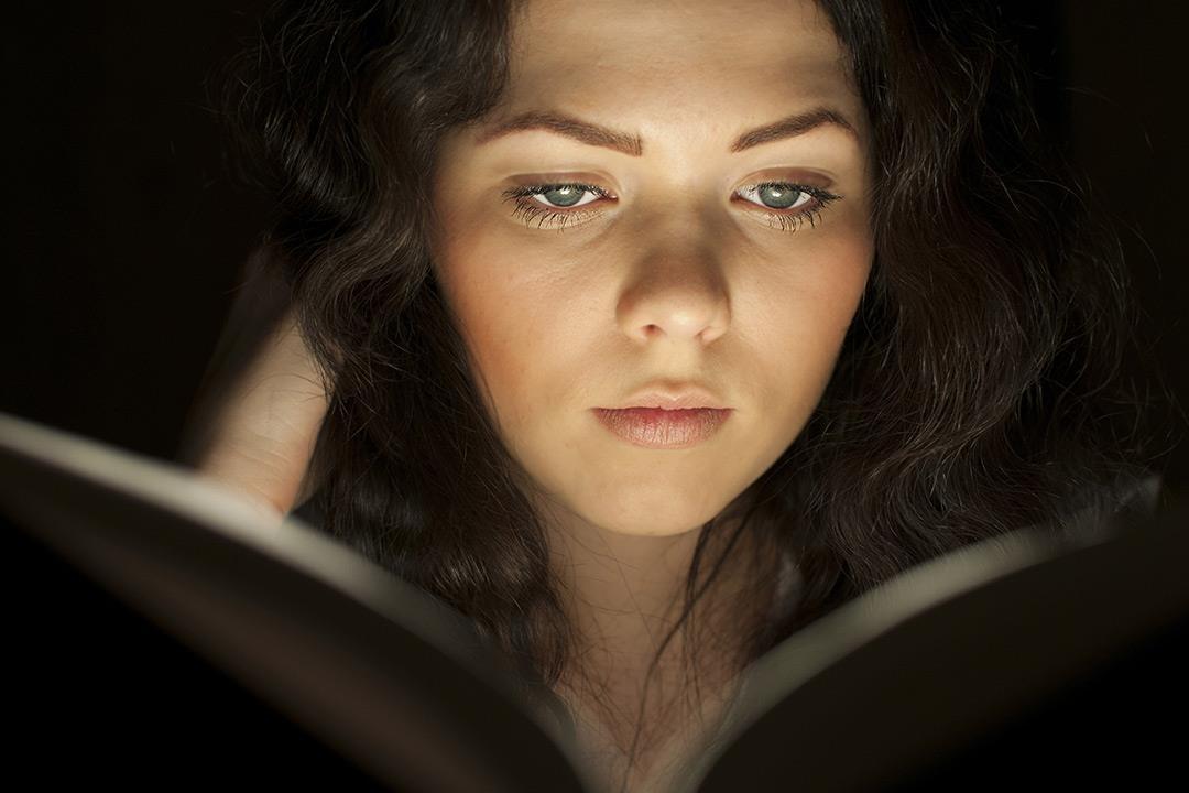 هل القراءة في الضوء الخافت تضعف النظر؟