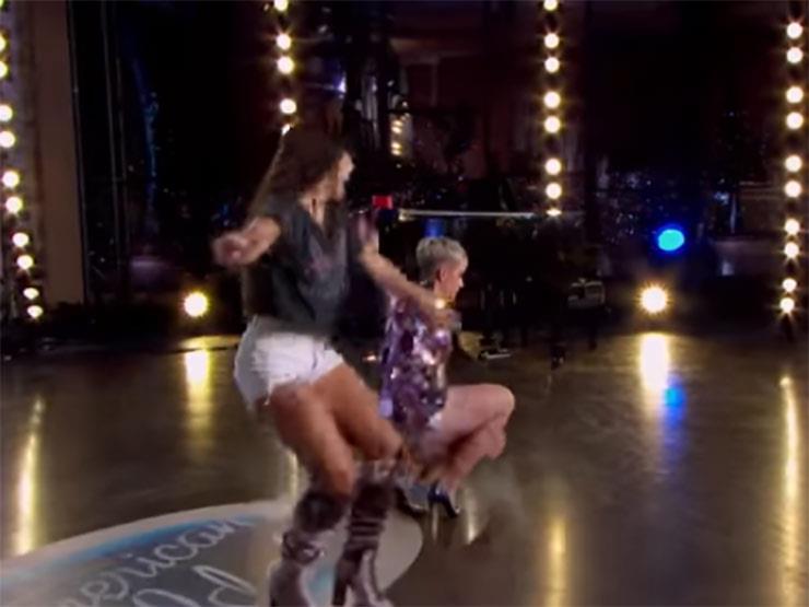 """بالفيديو ..كاتي بيري تتعرض لموقف محرج بعد سقوطها علي مسرح """"American Idol"""""""