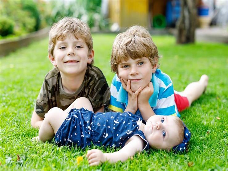 حتى لا يصبح عدوانيا.. 7 نصائح للتعامل مع الطفل الأوسط