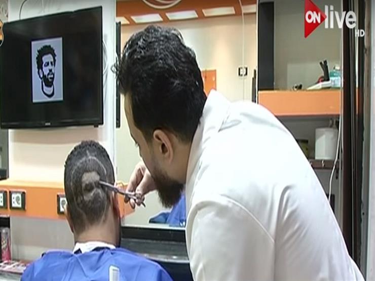 حلاق مصري يرسم وجه محمد صلاح على رؤوس الشباب - فيديو