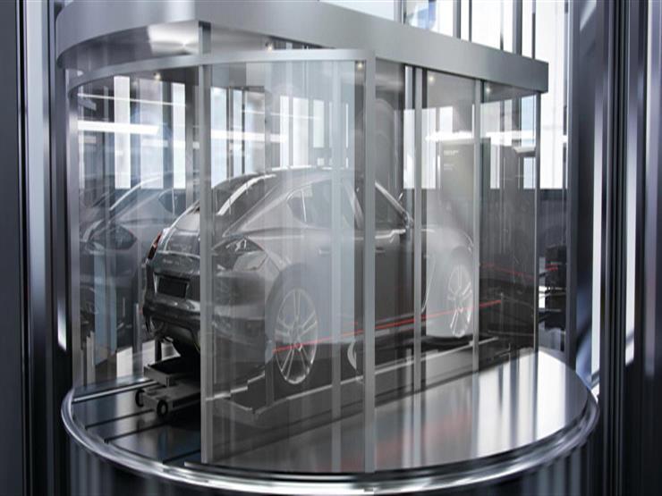 """جولة داخل """"برج بورش"""" الذي يتيح لقاطنيه استضافة سياراتهم في الصالون"""