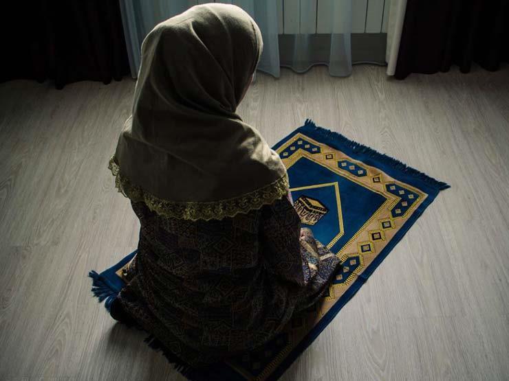 أيهما أفضل أن تصلي المرأة في بيتها أم المسجد؟.. أمين الفتوى يجيب