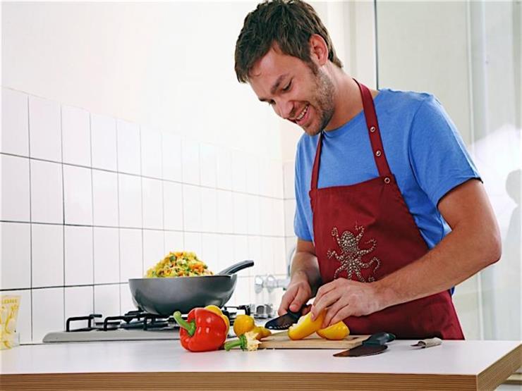 6 مهارات أساسية على كل رجل تعلمها .. الطهي أبرزها