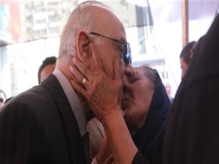 سيدة عجوز تقُبل محافظ القاهرة أمام لجنة الانتخابات - فيديو