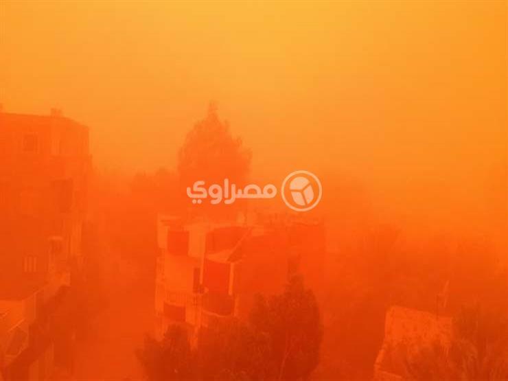 """لليوم الثاني.. عاصفة """"الرمال الحمراء"""" تحاصر البلاد (تغطية خاصة)"""