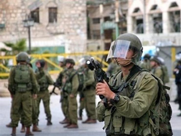 الاحتلال الإسرائيلي ينصب بوابتين حديديتين جنوب الخليل