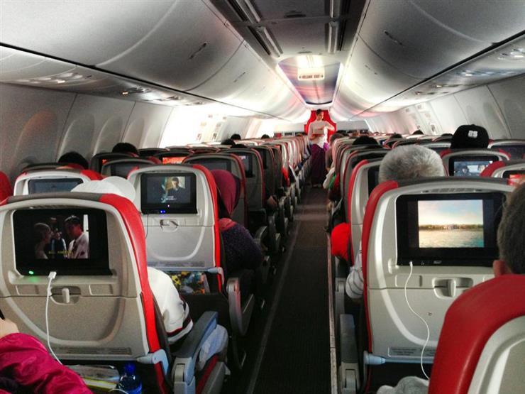"""راكب يصدم المسافرين على متن طائرة بـ""""فعل فاضح"""".. وهكذا تم التصرف معه"""