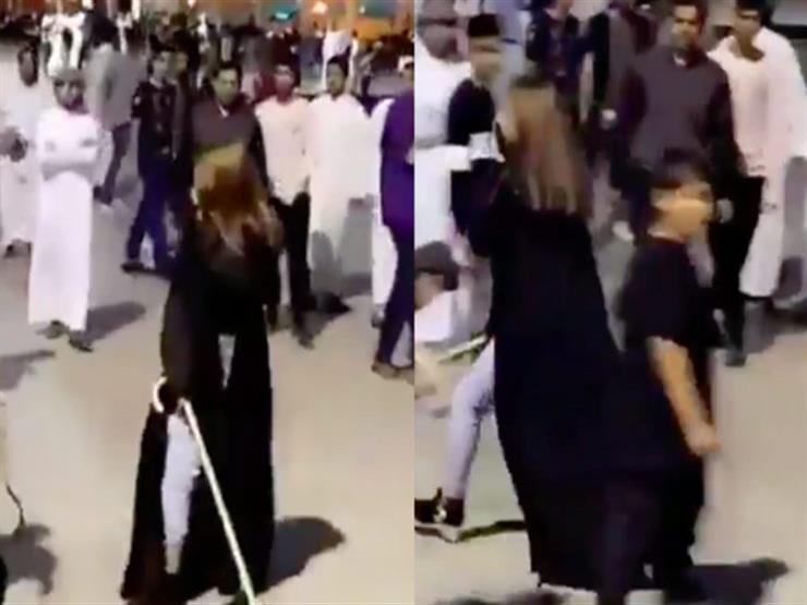 العصا لمن تحرش .. سيدة سعودية تضرب شبابا تحرشوا بها - فيديو ...مصراوى
