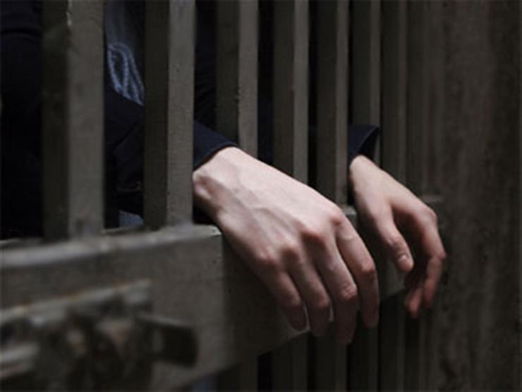 السجن عامين لامرأة إيرانية خلعت الحجاب في مظاهرة