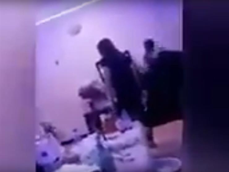 """بالفيديو.. """"خناقة"""" عنيفة بين شاب خليجي وفتيات داخل شقة"""