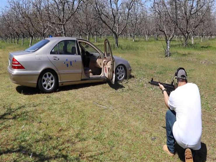 بالفيديو.. رجل يطلق النار على سيارة مرسيدس ليتأكد من تحملها للهجمات
